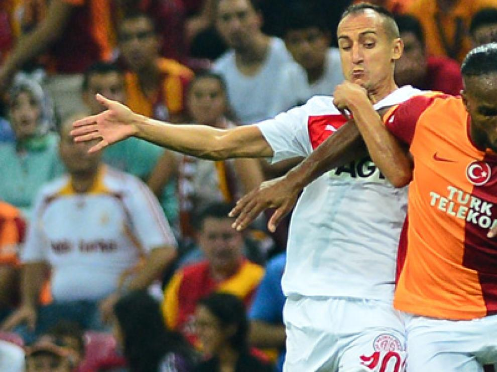 Natxo Insa, a la izquierda, con su último club, el Antalyaspor, pugna con Didier Dorgba (Galatasaray).