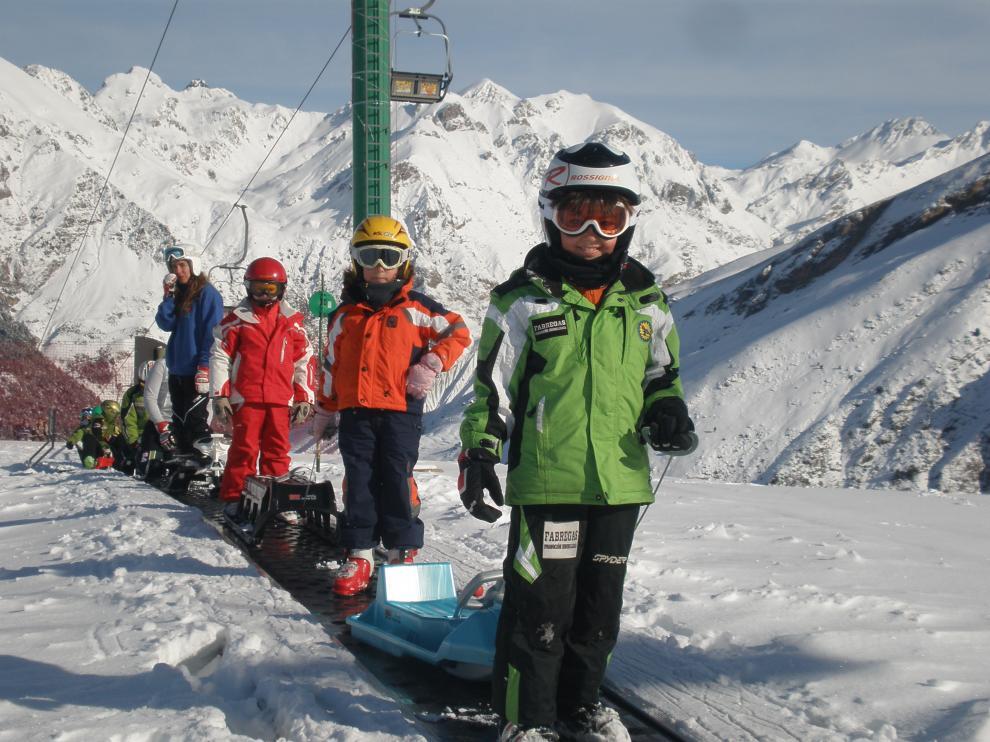 Más de 80 escolares turolenses disfrutan de la campaña de esquí que organiza la DPT