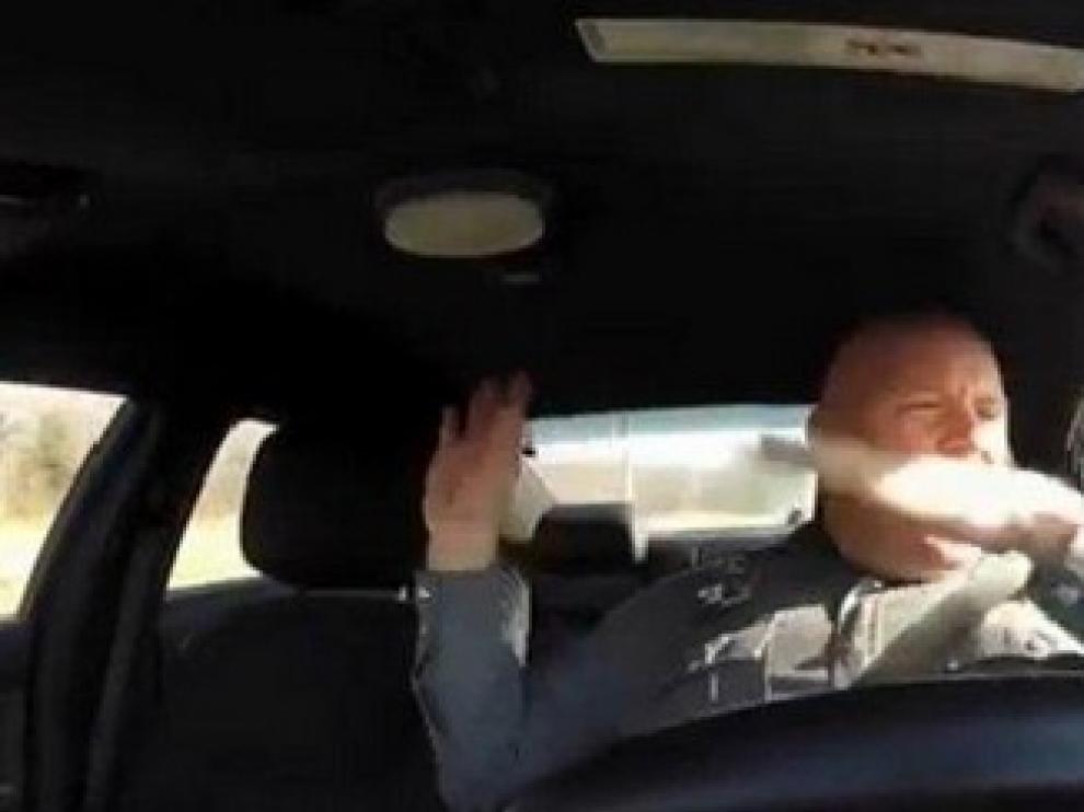 Imagen del policía que imita a la popular cantante