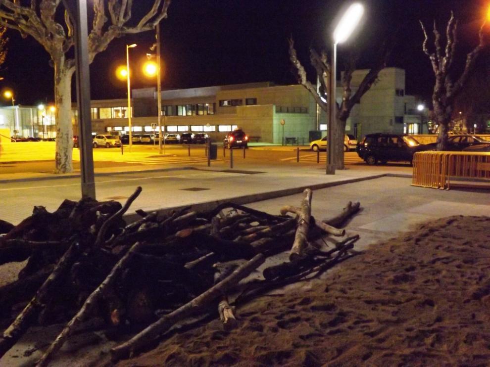 Leña preparada para la hoguera en la plaza de Mosén Demetrio Segura de Huesca