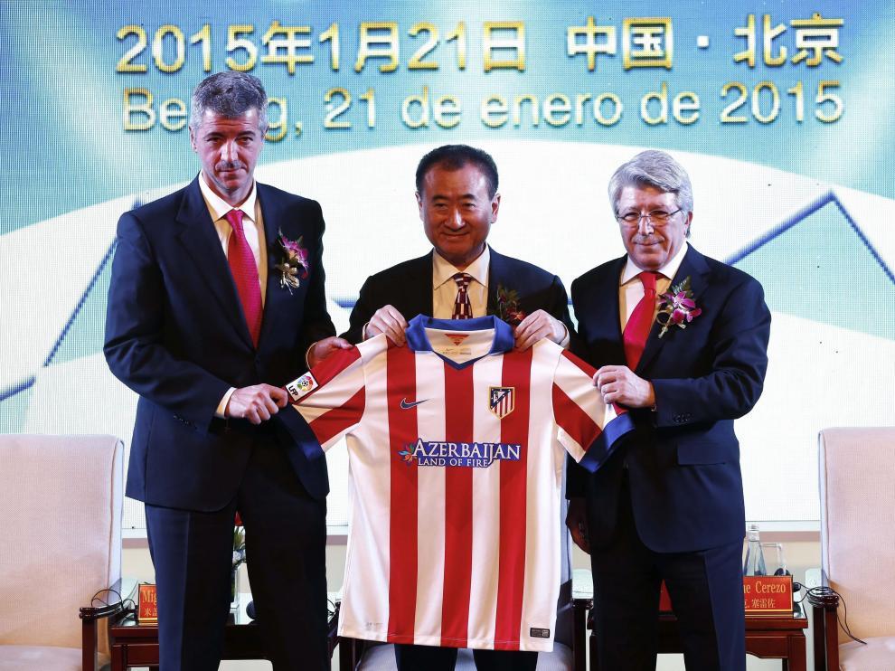 Wang Jianlin, con Enrique Cerezo y Miguel Ángel Gil en Pekín