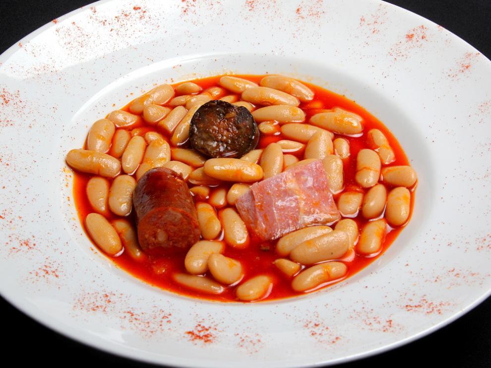 Un plato de fabada del restaurante zaragozano El Portal Asturiano