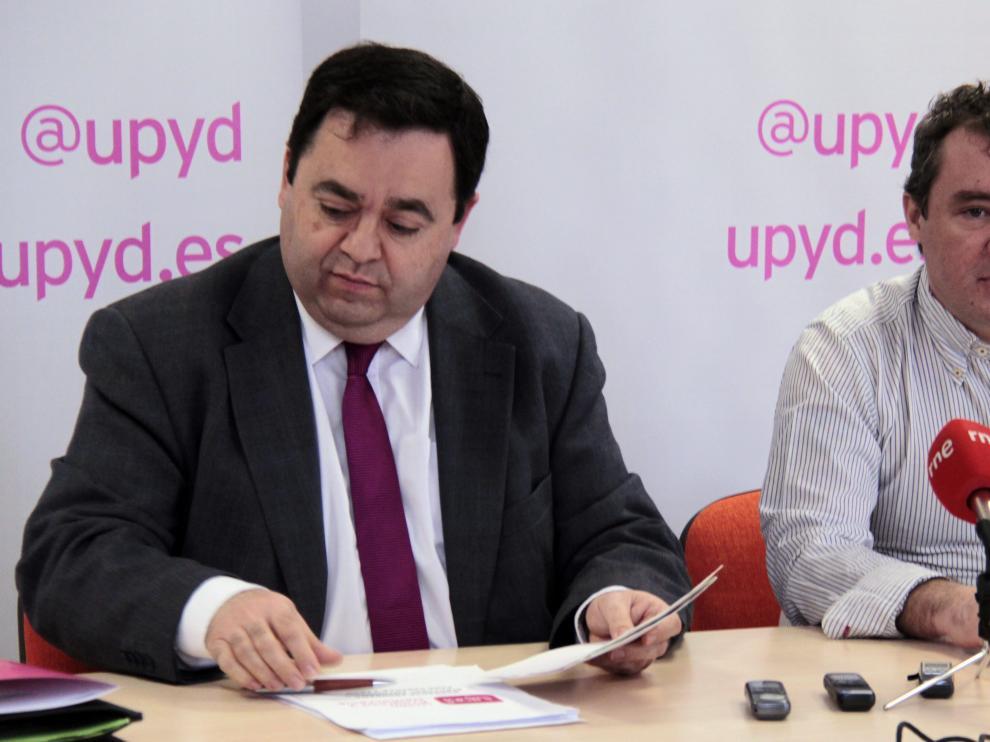 El candidato a la Presidencia de la Junta por UPyD, Rafael Delgado (i) y el representante en Soria, Ángel Ruiz