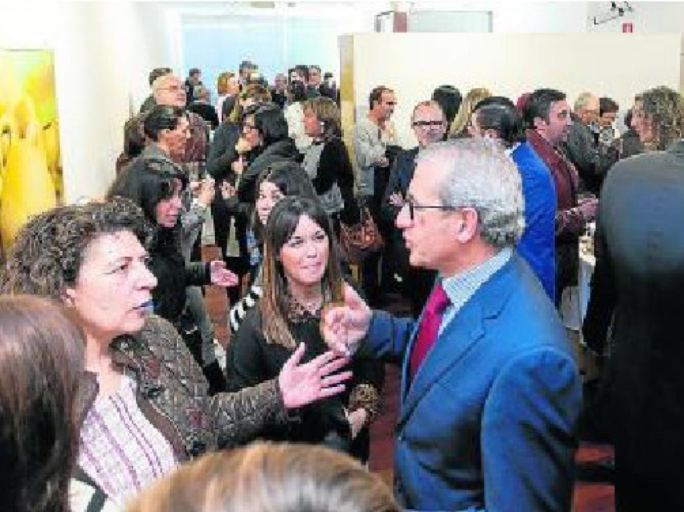 A la izquierda, Carmen Fernández dialoga con José Luis Moret. hoya de huesca