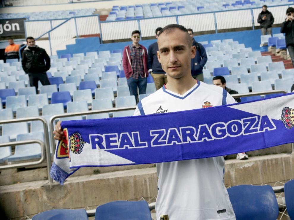 Natxo Insa posa con la bunfanda del Real Zaragoza