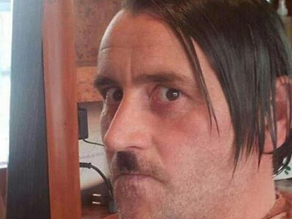 Bachmann caracterizado como Hitler