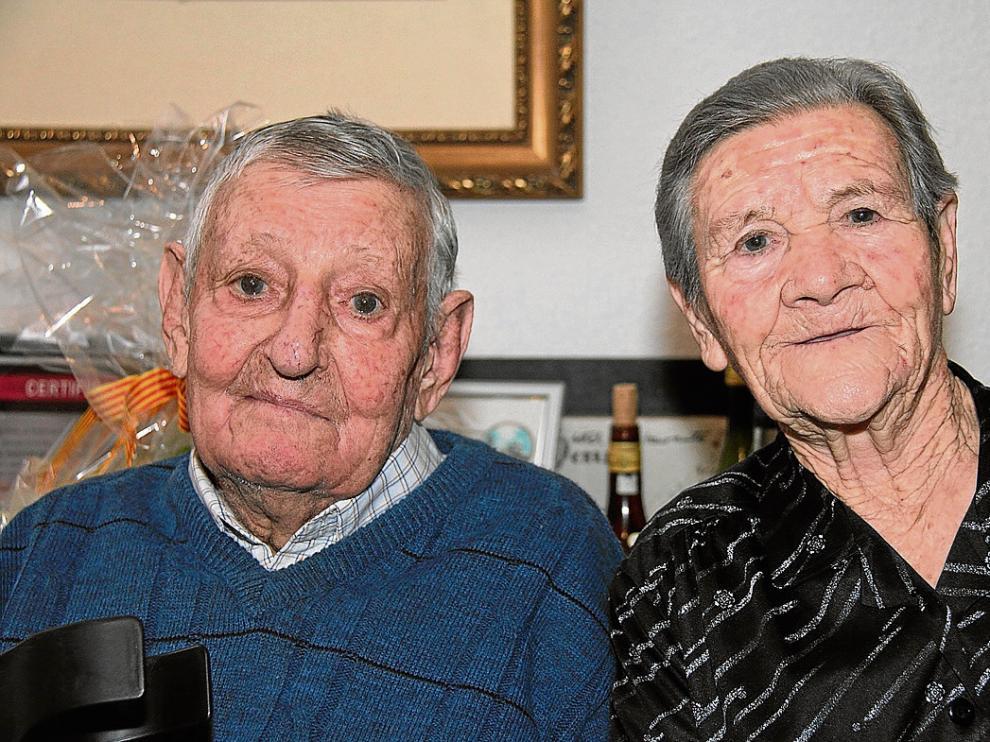José Iranzo y Pascuala Balaguer, ayer, al término del homenaje en su domicilio.
