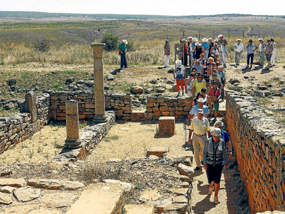 Grupo de turistas en el yacimiento de Numancia el pasado verano.