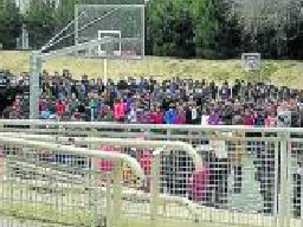 Todo el personal del colegio y cientos de alumnos se concentraron en el patio de recreo del centro.