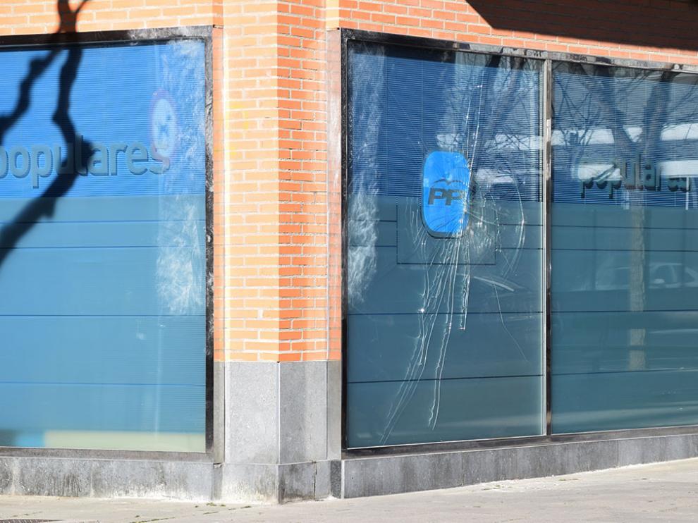 Aspecto de la sede del PP oscense tras el ataque
