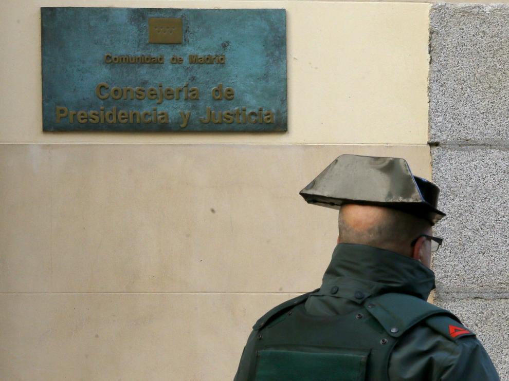 Uno de los agentes desplazados hasta la sede del Gobierno madrileño
