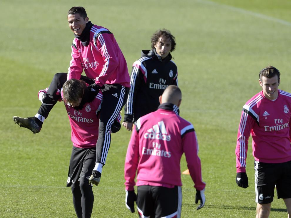 Cristiano Ronaldo bromea con Coentrao en un entrenamiento