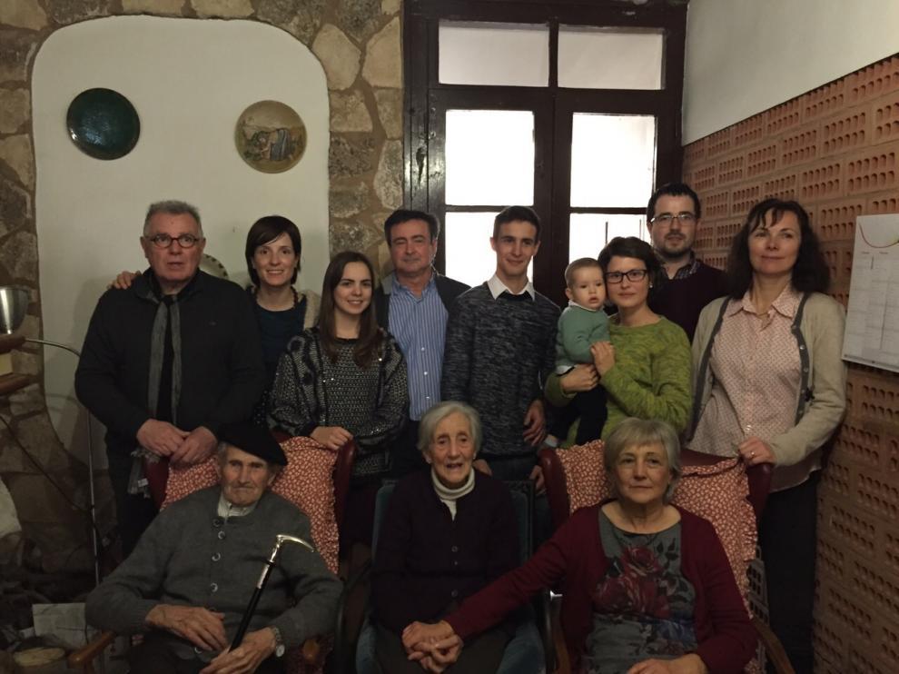 Jorge Aznar, rodeado de su familia en la celebración de su centenario