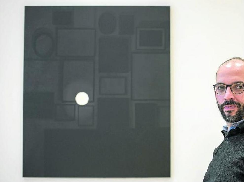 Fernando Martín Godoy, ante uno uno de sus cuadros: ciertos tonos del negro o la plenitud del creador.