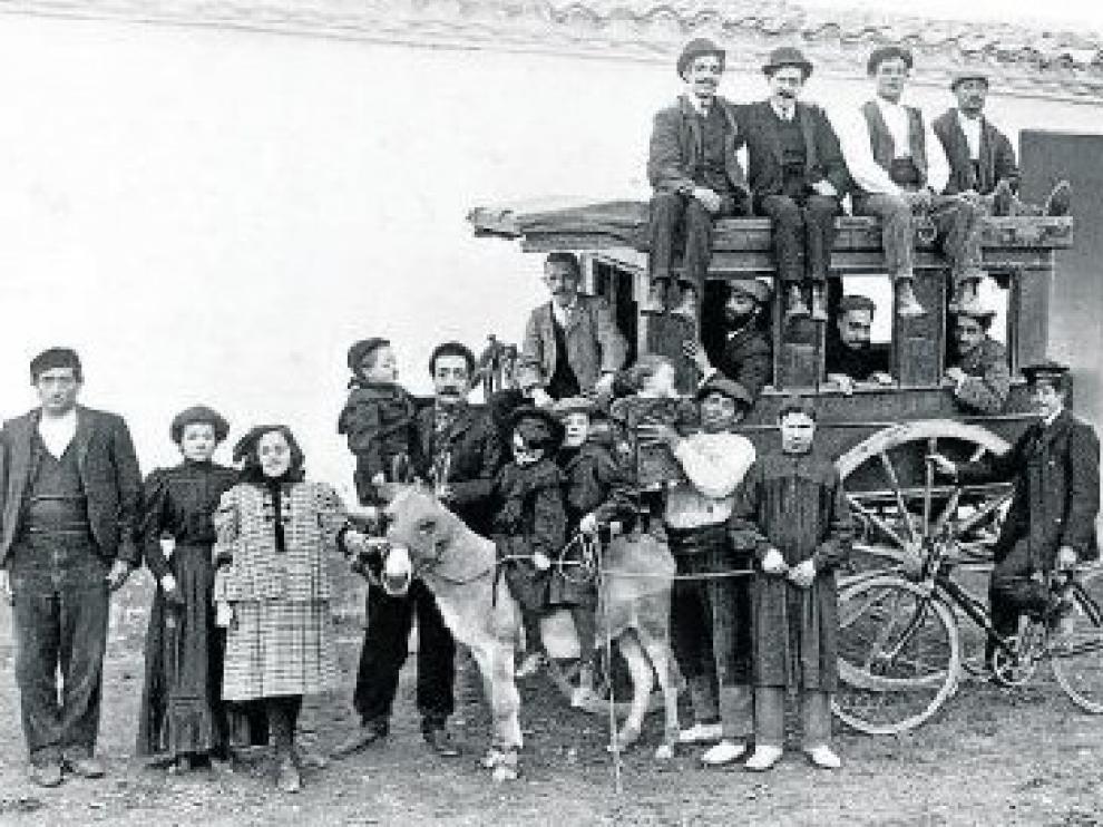 Grupo y diligencia. Equilibrada y compleja composición de grupo que Viñuales tituló 'Torre de Domingo'. Huesca, 1910. Panoplia de paisanaje en el día de fiesta.