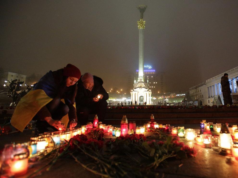 Ucranianos ponen velas por los fallecidos en Mariúpol, esta noche en la plaza de la Independencia de Kiev