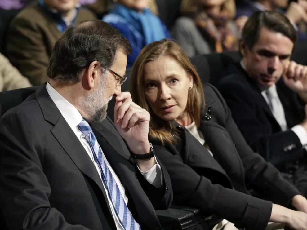 Rajoy conversa con su esposa, Elvira Rodríguez. A su lado, José María Aznar
