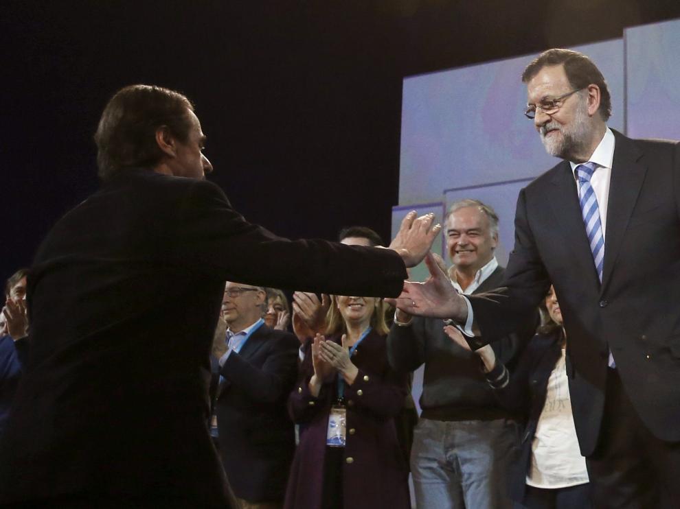 Aznar sube al estrado a felicitar a Rajoy por su discurso
