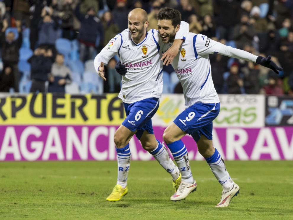 Basha celebra su gol al Recreativo acompañado de Borja Bastón.