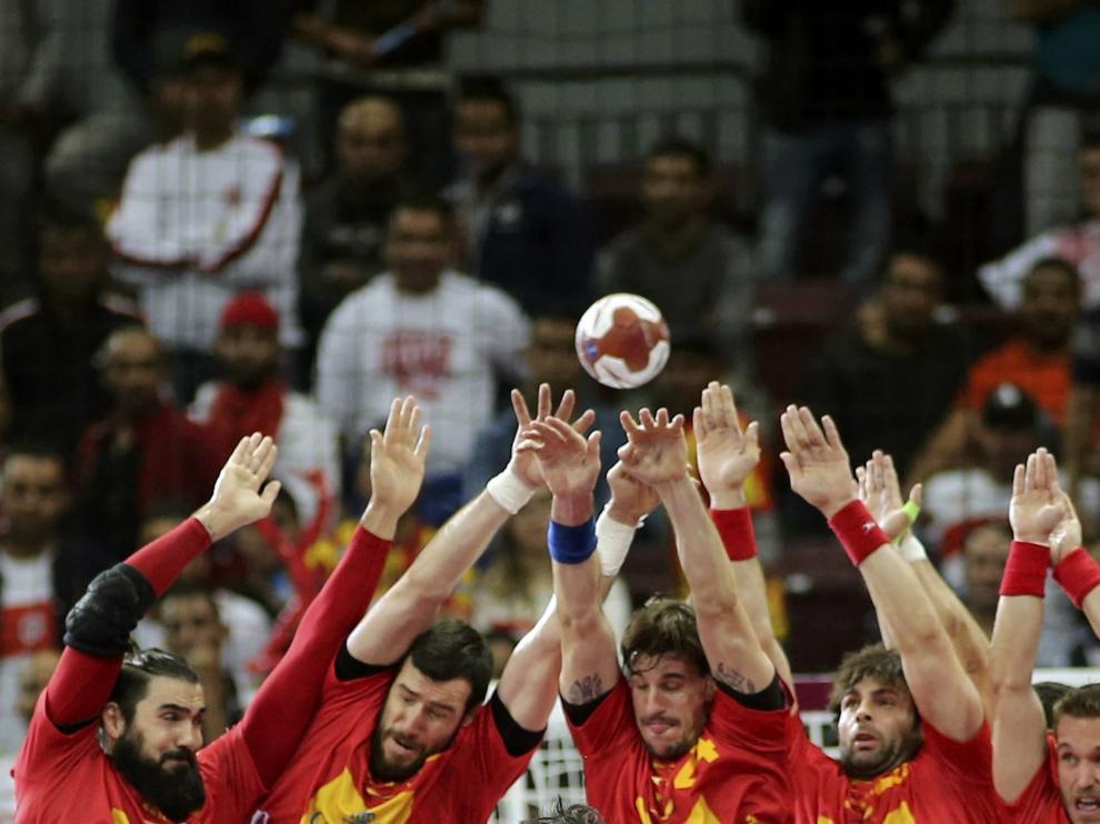 Los jugadores de España defienden un lanzamiento de Túnez