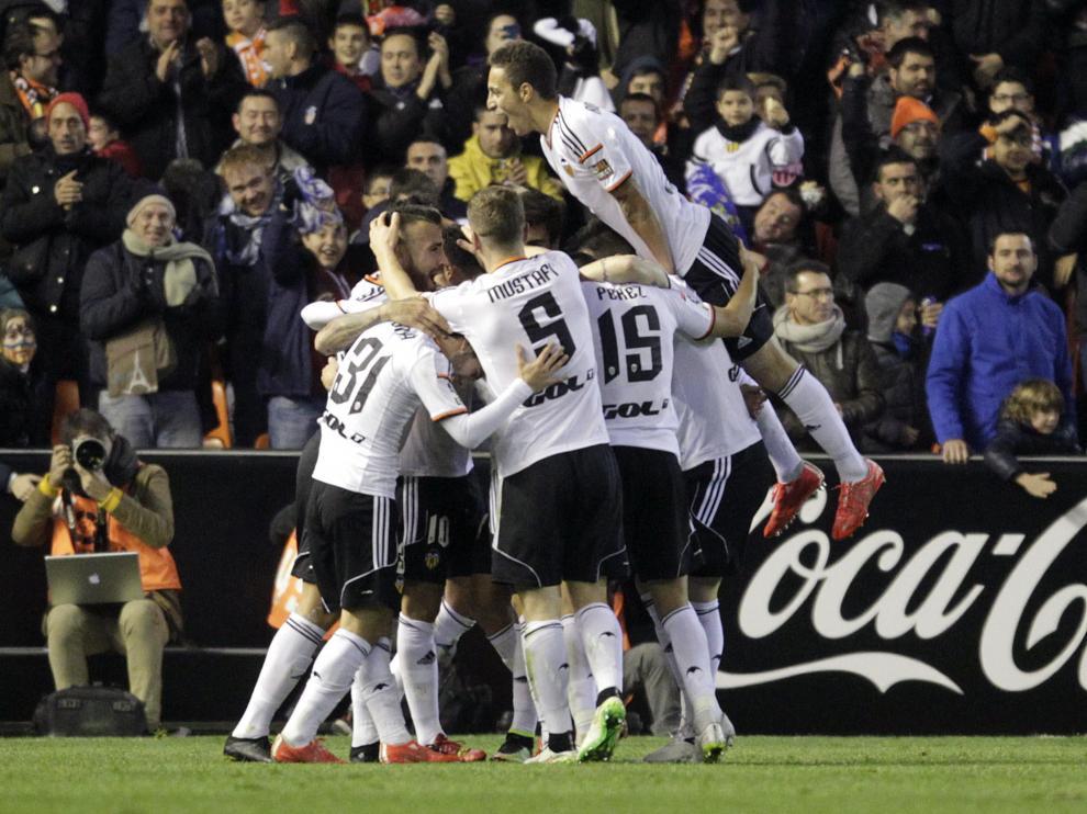Los jugadores ches celebran un gol