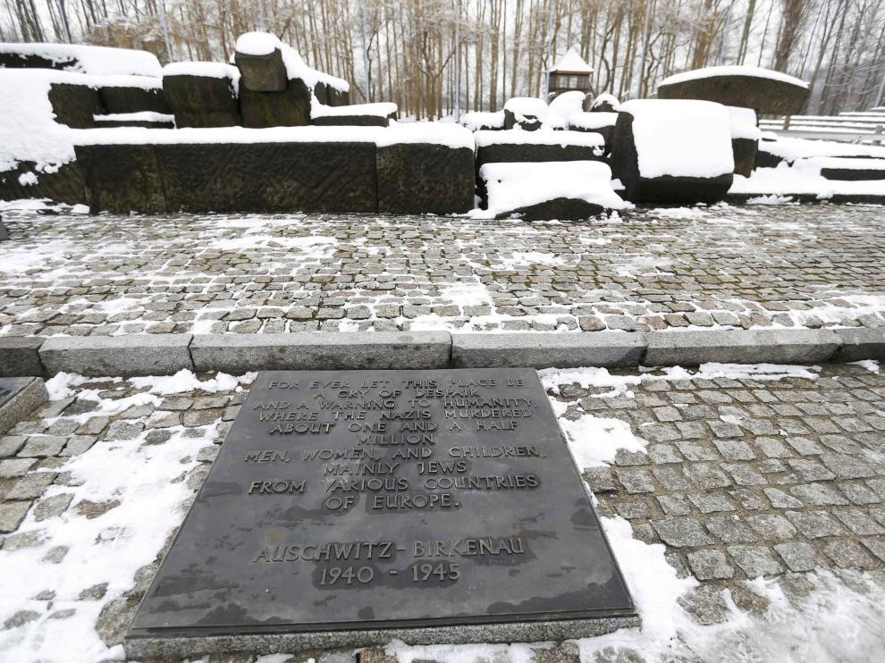 La nieve cubre uno de los memoriales de las víctimas de Auschwitz