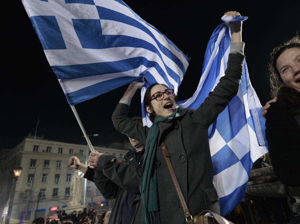 Ciudadanos griegos celebran la victoria de Syriza