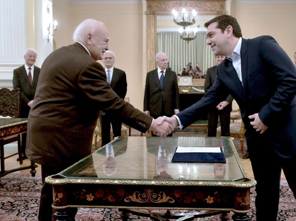 Károlos Papulias estrecha la mano a Alexis Tsipras
