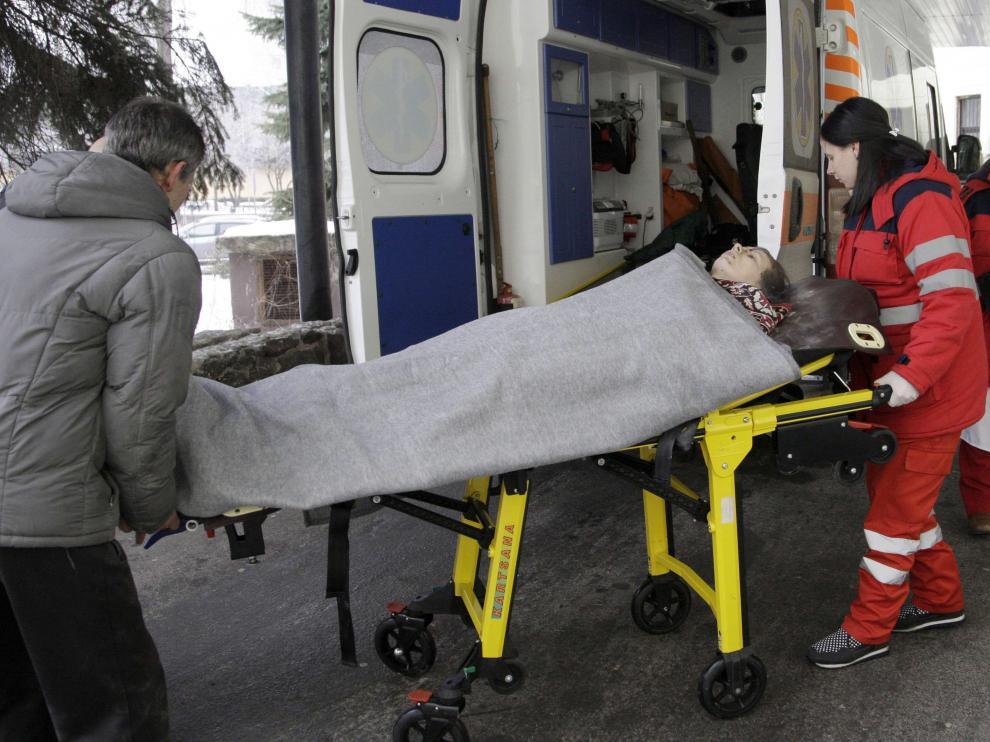 Los médicos trasladan a un herido a un hospital de Donetsk