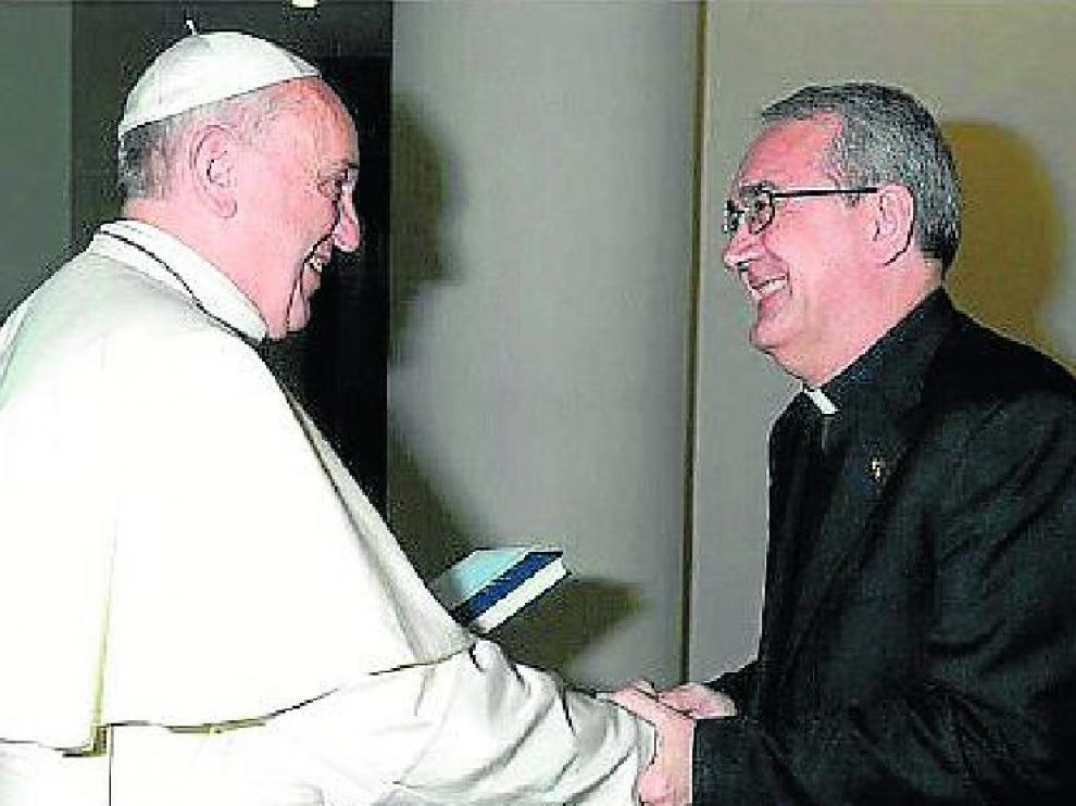 El papa Francisco saluda al obispo electo de Barbastro-Monzón, Ángel Javier Pérez Pueyo.