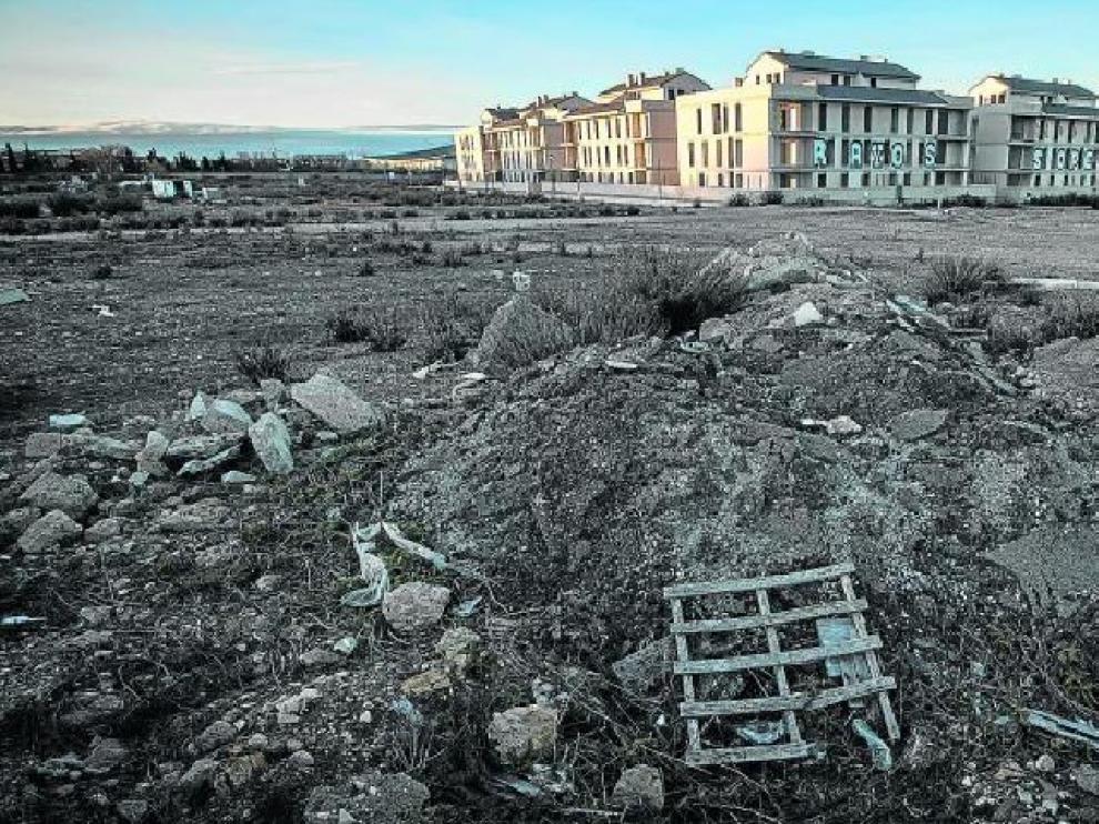 Esta urbanización de La Muela llegó a estar vendida, pero su construcción sobre una cañada real impidió escriturar. Ladrones y vándalos se han cebado con ella.
