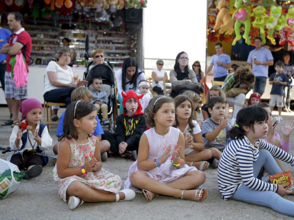 Un grupo de niños presencia una obra teatral durante las fiestas de Golmayo