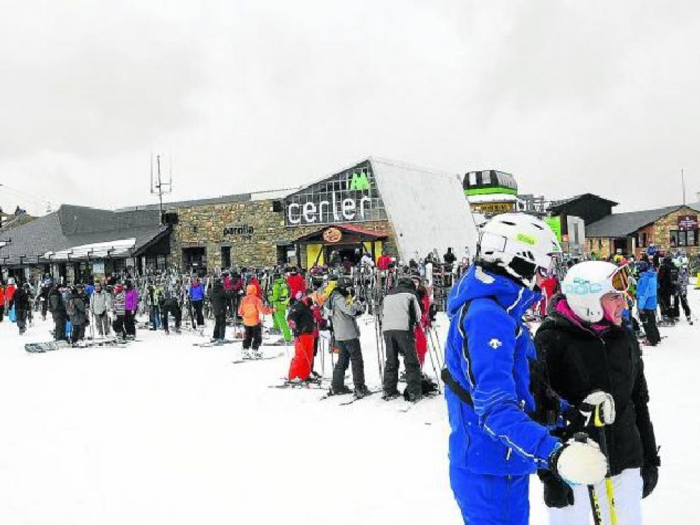 Las estaciones de esquí –la de Cerler, en la imagen– estuvieron ayer muy animadas.