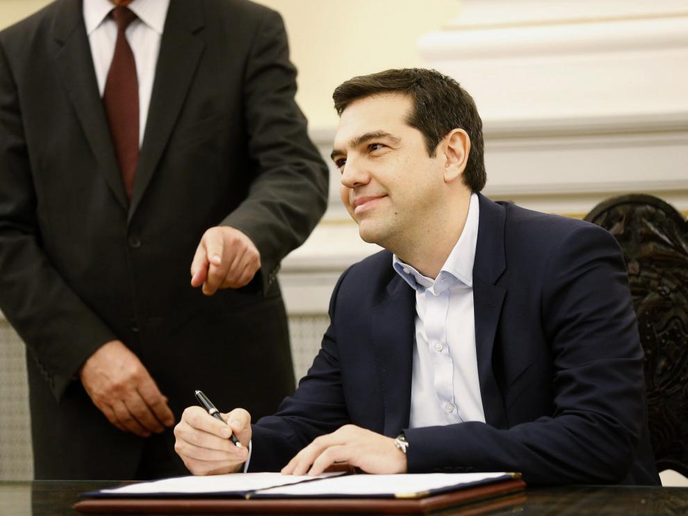 Tsipras estampa su firma como Primer Ministro