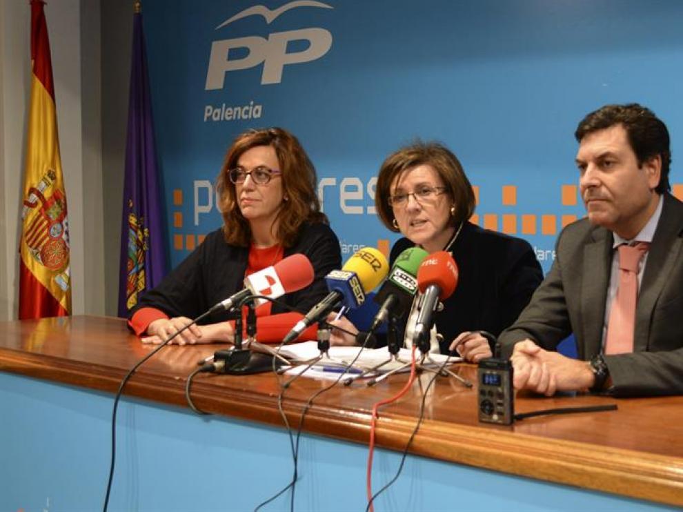 La portavoz de Hacienda y presidenta del PP de Soria, María del Mar Angulo (c), junto al presidente del PP de Palencia, Carlos Fernández Carriedo, y la secretaria de Organización y senadora, Angeles Armisén
