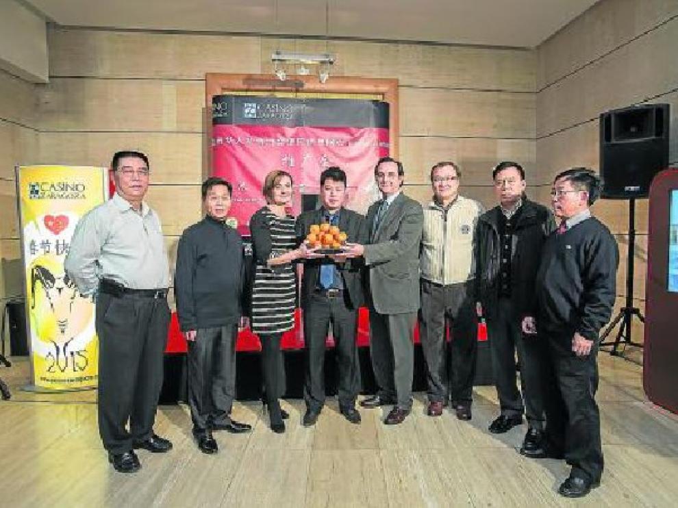 Juana Avellaneda, Xinte Wang y Miguel Ángel Argente, en el centro, junto a representantes de la comunidad china.
