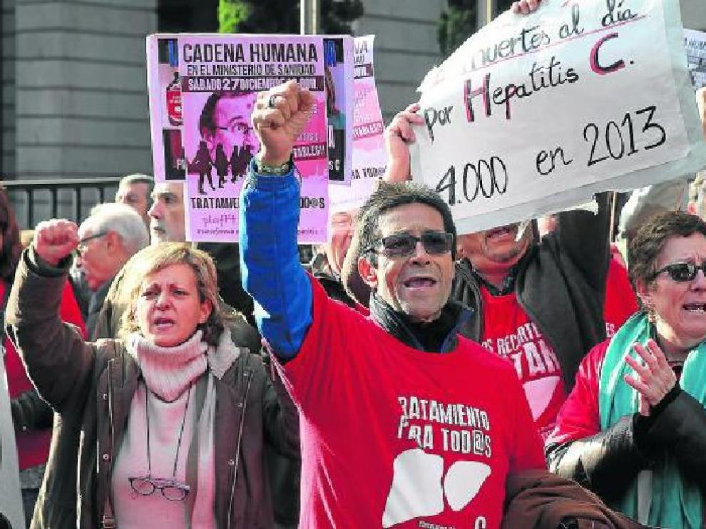 Participantes en la protesta que se organizó ayer frente a la sede del Ministerio de Sanidad.
