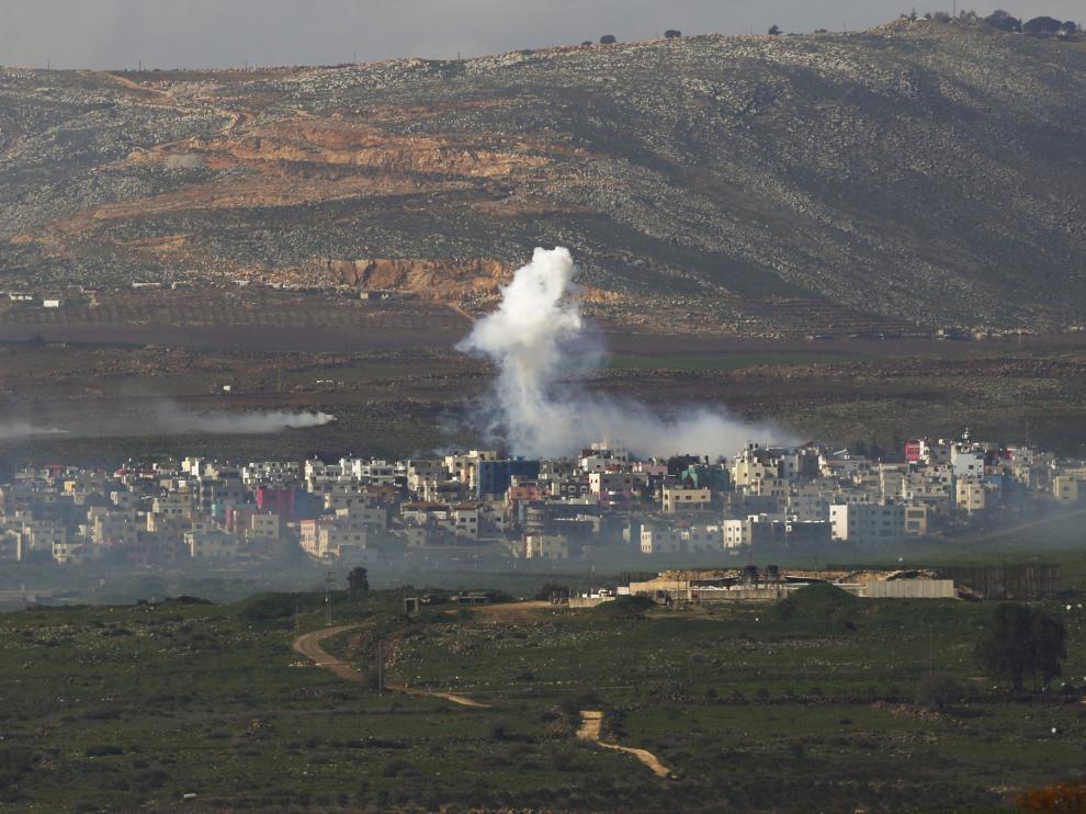 Una columna de humo emerge cerca de la localidad de Ghajar
