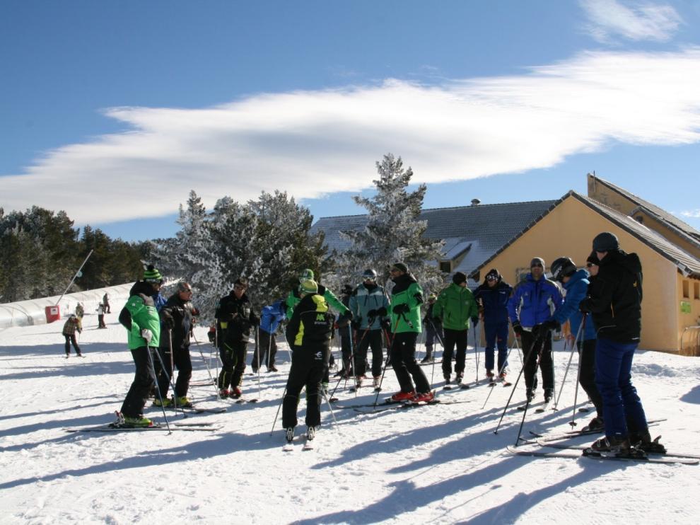 Más de 60 técnicos conocen los nuevos cañones de nieve artificial de Valderinares