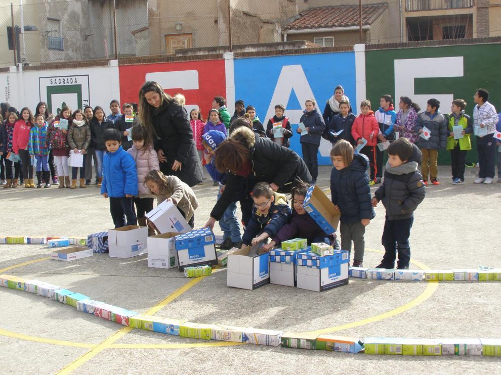 Alumnos del colegio Sagrada Familia sueltan palomas durante el acto por la paz.