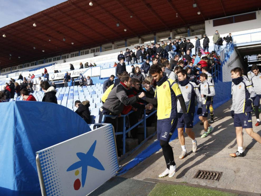 Los jugadores del Real Zaragoza, firmando autógrafos.