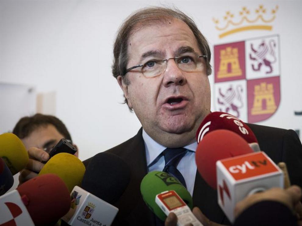 El presidente de la Junta de Castilla y León, Juan Vicente Herrera, atiende a los medios durante su visita a Fitur