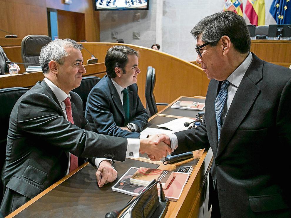 El consejero de Hacienda, Javier Campoy, saluda al de Industria, Arturo Aliaga, antes del debate.