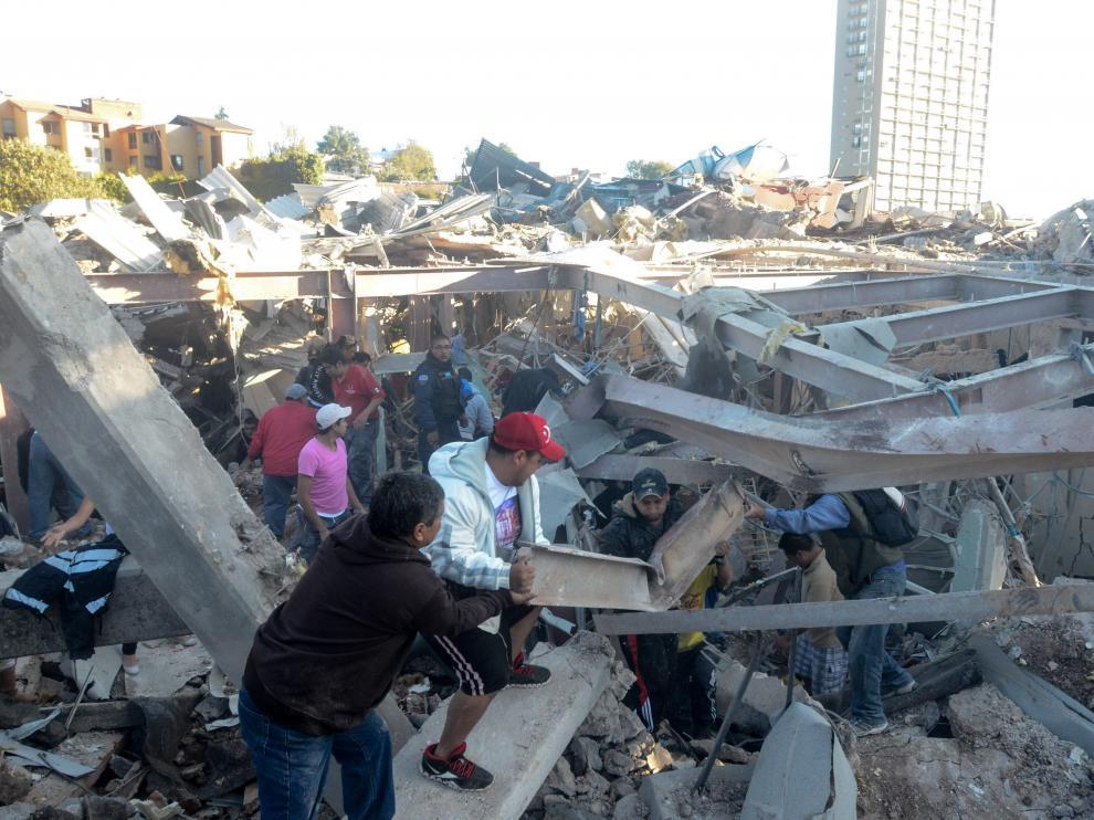 Trabajos de desescombro en el hospital afectado por la explosión