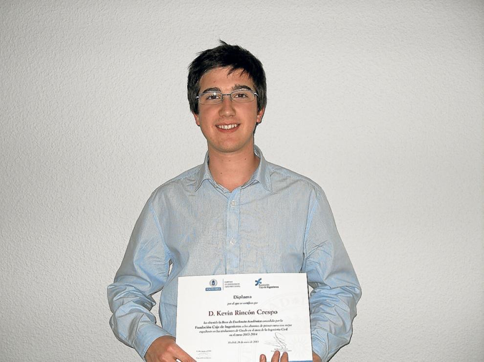 Kevin Rincón, tras recibir su diploma.