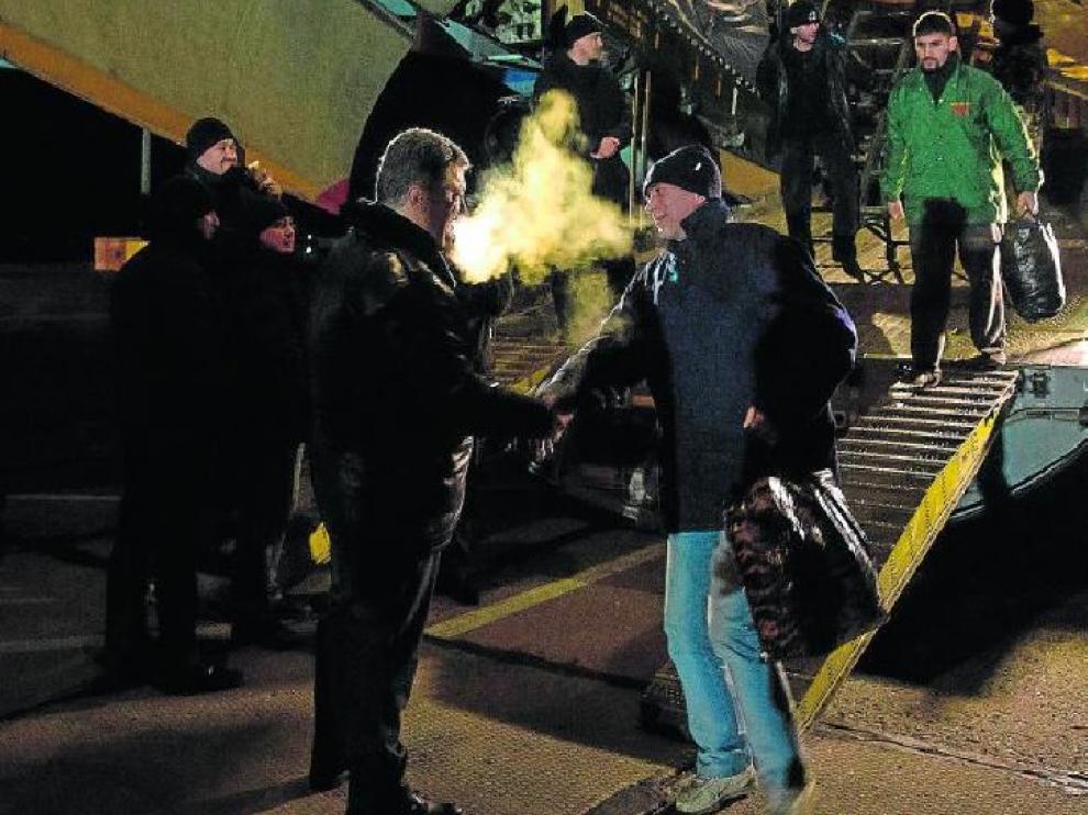 Foto facilitada por el Gobierno ucraniano con el presidente Petro Poroshenko (izquierda) recibiendo a los presos liberados el viernes.