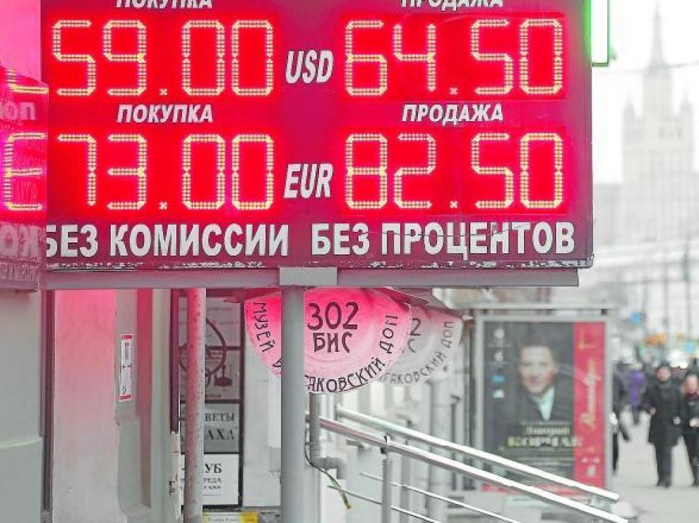 Detalle de un panel que muestra información económica sobre el rublo en una calle en Moscú (Rusia).