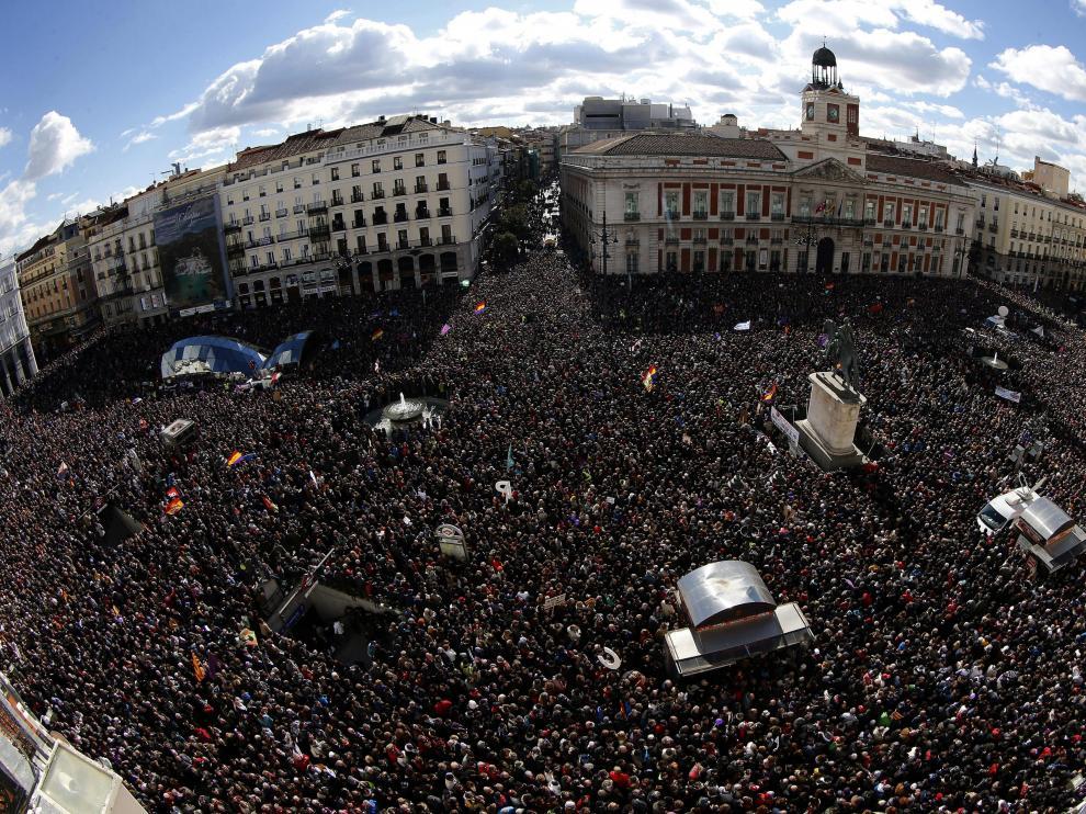 Vista de la Puerta del Sol de Madrid, donde miles de personas se encuentran concentradas a la espera de que el líder de Podemos, Pablo Iglesias, pronuncie su discurso