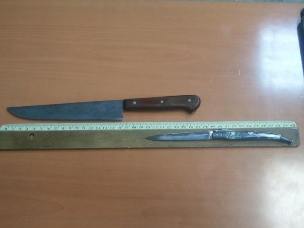 Los cuchillos que le fueron incautados al detenido