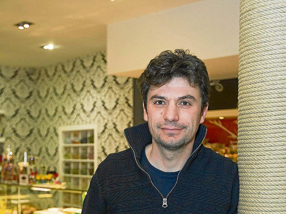 Chencho Muñoz, en su pastelería de la plaza del Torico